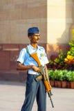 Soldaten ståtar in enhetliga vakter Arkivbild
