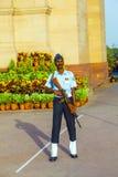 Soldaten ståtar in enhetliga vakter Royaltyfria Bilder