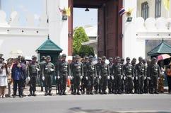 Soldaten stehen in der Reihe an der Front von Wat Phra Kaew-Tempel Lizenzfreies Stockbild