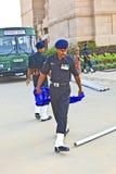 Soldaten steigen die Flagge beim Indien Lizenzfreie Stockfotos