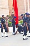 Soldaten steigen die Flagge beim Indien Stockfotos