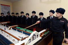 Soldaten studieren auf dem Plan der U-Bahnstation, bevor sie zum Schutz der öffentlicher Ordnung gehen Stockfotos