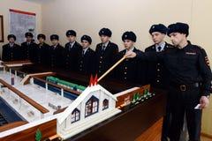Soldaten studieren auf dem Plan der U-Bahnstation, bevor sie zum Schutz der öffentlicher Ordnung gehen Stockfotografie
