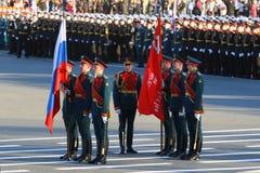 Soldaten und Offiziere an der Wiederholung des Sieges führen herein vor stockbilder