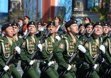 Soldaten vom 4. schützt Behälterabteilung Kantemirovskaya auf der allgemeinen Paradewiederholung im roten Quadrat zu Ehren Victor Lizenzfreie Stockfotos
