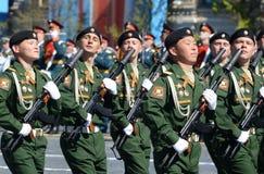 Soldaten vom 4. schützt Behälterabteilung Kantemirovskaya auf der allgemeinen Paradewiederholung im roten Quadrat zu Ehren Victor Stockfotografie