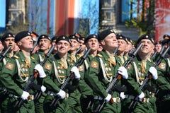 Soldaten vom 4. schützt Behälterabteilung Kantemirovskaya auf der allgemeinen Paradewiederholung im roten Quadrat zu Ehren Victor Lizenzfreie Stockbilder