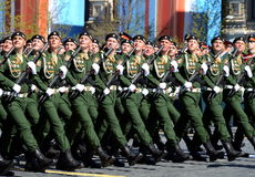 Soldaten vom 4. schützt Behälterabteilung Kantemirovskaya auf der allgemeinen Paradewiederholung im roten Quadrat zu Ehren Victor Lizenzfreies Stockfoto