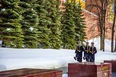 Soldater av Kremlregementet går att ändra vakten nära den eviga flamman och gravvalvet av Unknen royaltyfri bild
