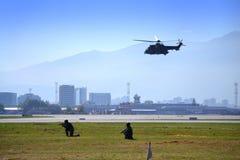 Soldater för anfall för räkning för helikopterGougar luft Royaltyfri Bild