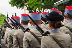 Soldater för Bastilledagen i Paris - Soldats häller le 14 Juillet àParis Royaltyfri Foto