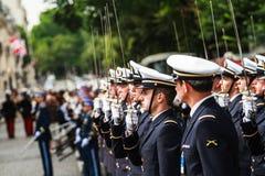 Soldater för Bastilledagen i Paris - Soldats häller le 14 Juillet àParis Royaltyfria Foton