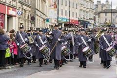 Soldater från regemente 9, den kungliga logistiska kåren marscherar till och med Chippenham Royaltyfri Bild
