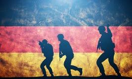 Soldater i anfall på Tysklandflagga Tysk armé, militär Arkivbild