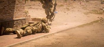 Soldater i handling i konfliktzondropp royaltyfri fotografi