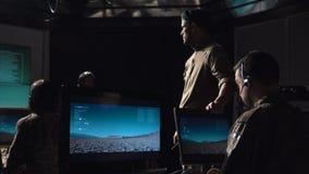 Soldater i lanserande missil för kommunikationsmitt arkivfilmer