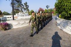 Soldater i smällen PA-i Royal Palace, Ayutthaya landskap, Thailand Arkivfoton
