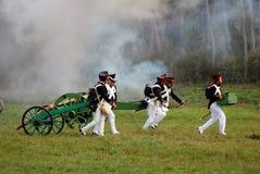 Soldater kör och bär en kanon Royaltyfri Bild