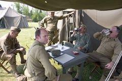 Soldater kopplar av framme av tenten, Arkivfoton