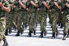 Soldater med att marschera för kamouflagelikformig Royaltyfria Bilder