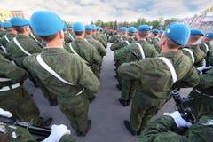Soldater med att marschera för vapen Royaltyfri Fotografi