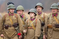 Soldater med blommor Fotografering för Bildbyråer