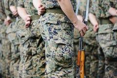 Soldater med enhetlig militär kamouflage Fotografering för Bildbyråer