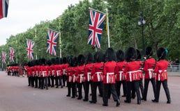 Soldater med gevär som marscherar ner gallerian i London Foto som tas under gå i skaror den militära ceremonin för färg, London Royaltyfria Bilder