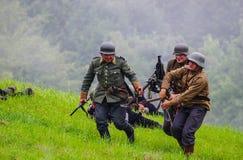 Soldater med maskingeväret arkivbilder