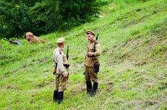 Soldater med vapen Arkivfoton
