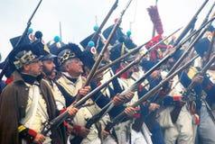Soldater med vapen upp Arkivfoton