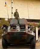 Soldater på en Armored personalbärare för FLIK Arkivbilder