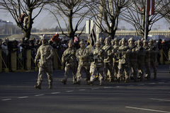 Soldater på militar ståtar i Lettland Fotografering för Bildbyråer