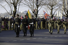 Soldater på militar ståtar i Lettland Arkivbild