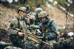 Soldater på det utomhus- av att se översikten Royaltyfri Bild