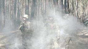 Soldater poserar efter strid stock video