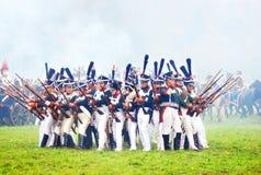 Soldater som är klara att anfalla på historisk reenactment Arkivbilder