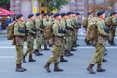 Soldater som förbereder sig för, ståtar Royaltyfri Bild
