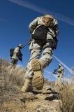 Soldater som går i fält Fotografering för Bildbyråer