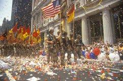 Soldater som marscherar med flaggor Royaltyfri Fotografi
