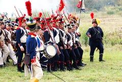 Soldater som marscherar med vapen. Royaltyfri Fotografi