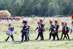 Soldater som marscherar med vapen. Arkivfoton