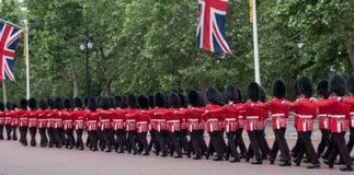 Soldater som marscherar ner gallerian i London under gå i skaror den militära ceremonin för färg, London Arkivfoton