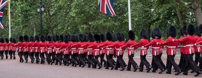 Soldater som marscherar ner gallerian i London under gå i skaror den militära ceremonin för färg, London Fotografering för Bildbyråer