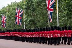 Soldater som marscherar ner gallerian i London under gå i skaror den militära ceremonin för färg, London Royaltyfri Fotografi