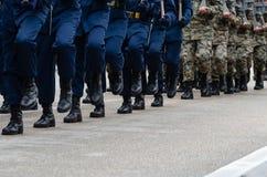 Soldater som marscherar på gatan under, ståtar royaltyfri bild
