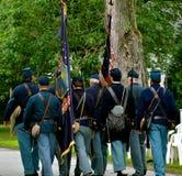 Soldater som marscherar på 4th juli Fotografering för Bildbyråer