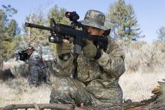 Soldater som siktar maskingevär royaltyfri foto