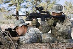 Soldater som siktar maskingeväret royaltyfri bild