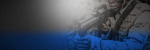 Soldater som siktar med geväret under utbildning fotografering för bildbyråer